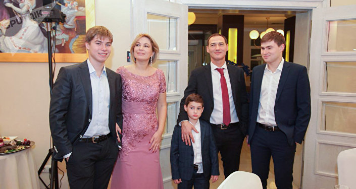 Роман Бабаян - ведущий ток шоу, семья (жена и дети), ютуб, куда делся