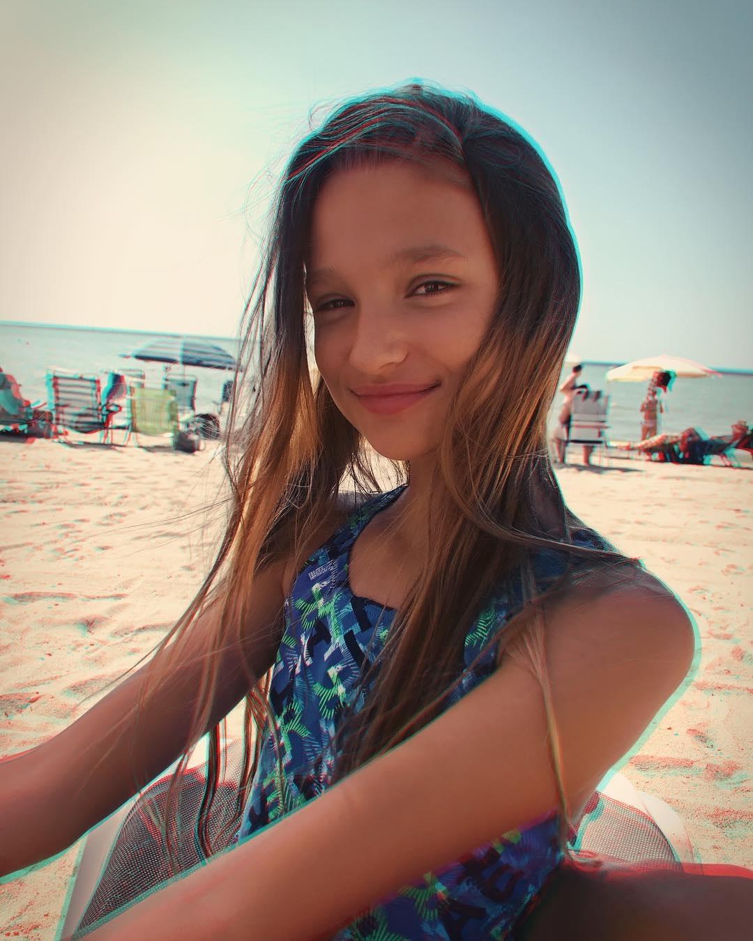 Лиза Анохина в купальнике