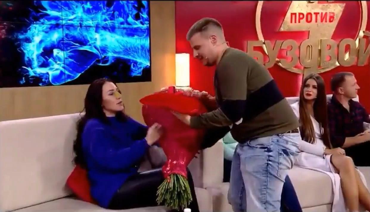 Виктор Трифоненков арит кольцо и цветы Алене Рапунцель