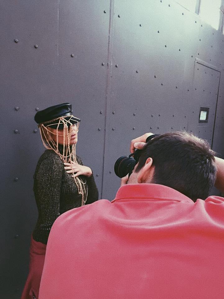 Виталий Лукашин за работой на фотосъемках